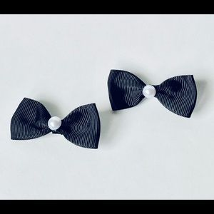 Black bow hair clip set with pearl detail